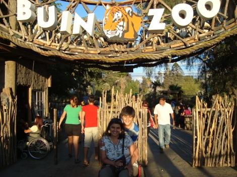 Entrada al Buin Zoo. Kattia y su hijo