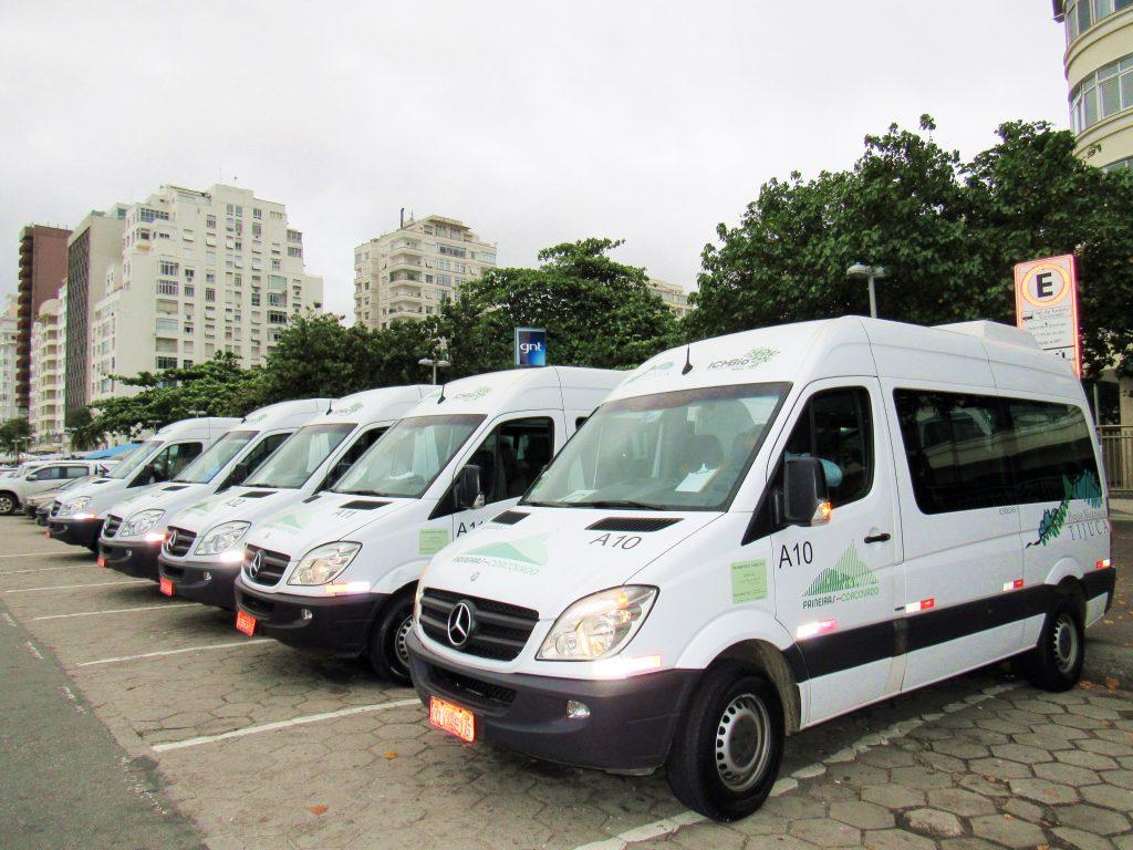 Van Oficiales (Fuente: http://vivinaviagem.com/visita-ao-cristo-redentor/)